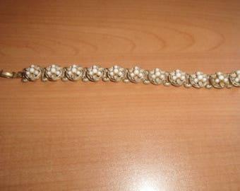 vintage bracelet heavy goldtone chain white glass beads flowers