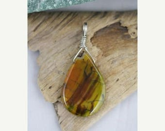 Christmas In July - Tear drop shaped Dragon's Vein Agate Pendant- Item 1880
