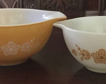 Set of 2 Vintage Pyrex Bowls, matching Gold and White Flower Pattern