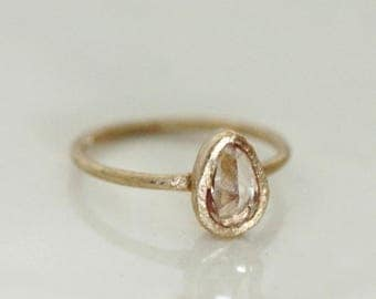 Icy pink peach sapphire ring. 18k. August