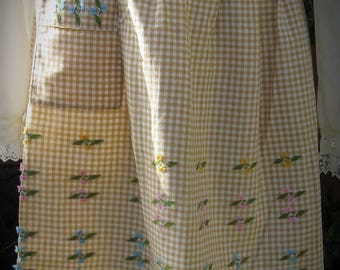 30% Off Clearance Sale Vintage Machine Embroidered Flower Gingham Cooking Apron
