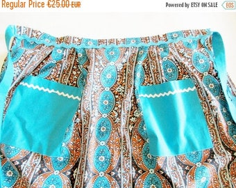 SUMMER SALE - Lovely German Vintage Short Apron in Cotton Flower Farbric with Zig Zag Trim, Made in the 70s