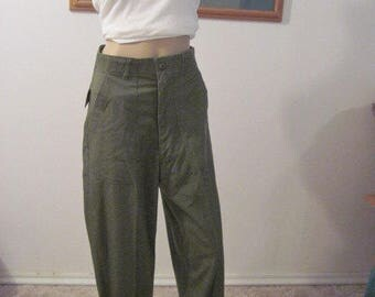 """Vintage military army green pants//trousers//capris size LARGE / EXTRA LARGE 36"""" waist  vintage 1978"""