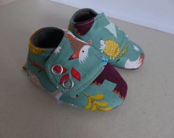chaussons 6/9 mois en coton verts, brun, roux, bleu thème de la fôret et jersey brun