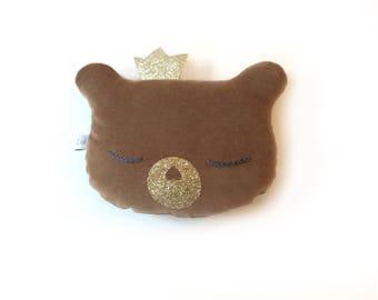 Mini coussin Ourson Hochet en velours marron, yeux brodés et couronne pailletée dorée