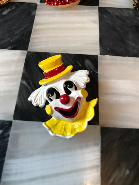Signed Gerry's Vintage Kitsch Laughing Clown Pin Brooch enamel paint on metal Yellow Red & White nearly Mint Collectible