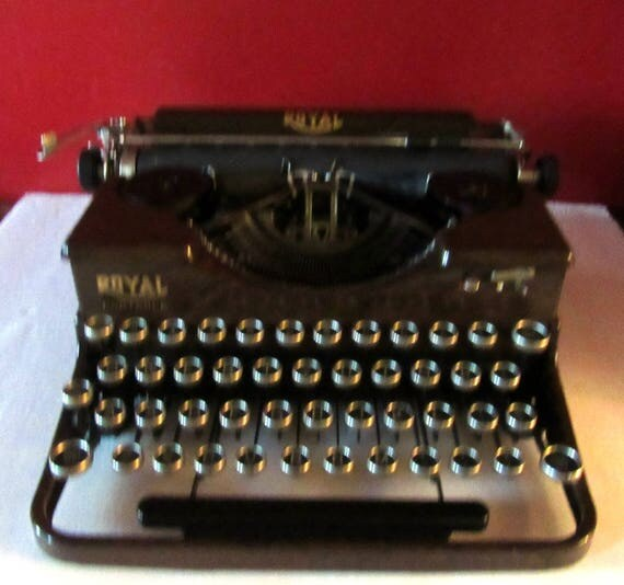 Royal portable typewriter woodgrain Model P