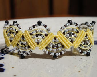 Adjustable macrame bracelet in yellow en grey colors