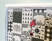 Tableau d'affichage babillard aimanté recouvert tissu noir blanc rustique orignal sapin chalet carreaux chalet organisation bureau chic
