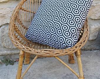 cushion deco black geometric on gray background