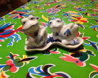 Vintage ceramic frogs on a lily pad salt and pepper shakers