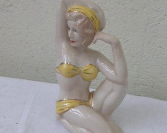 Statuette en faience, PIN UP en maillot de bain jaune