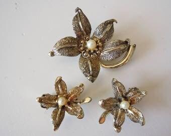 Demi parure vintage anni '70 fiore con perla orecchini e spilla.