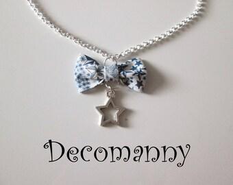 Collier mi-long noeud papillon tissus liberty Adeladja étoiles bleues et breloque étoile