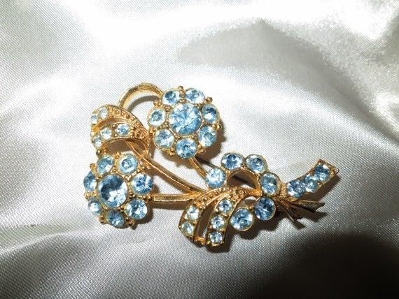 Lovely vintage gold metal sky blue rhinestone flower brooch