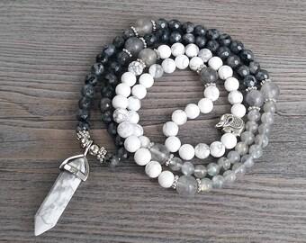 Mala, collier, 108 pierres fines labradorite facetées, pierre de lune grises, et howlite - pendentif howlite