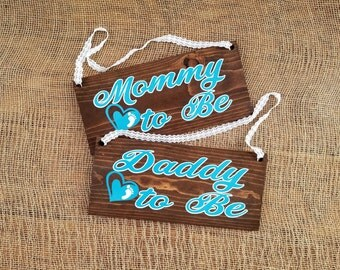 Mommy to be and Daddy to be wooden signs. Mommy to be chair sign. Baby shower wooden signs. Baby shower decoration.