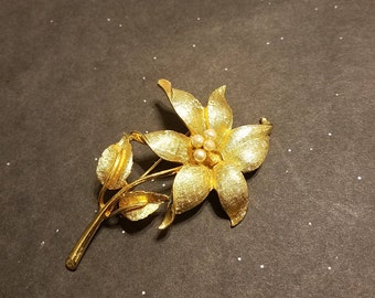 Vintage Coro gold tone flower brooch with 4 faux pearls.