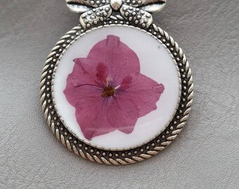 Round Retro bow brooch in resin and dried hydrangea flower