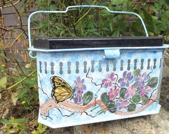Vintage: paint on the old heater with * same *, butterfly on purple