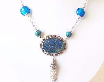 Oval necklace shades of blue glazes cold.