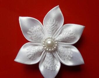 5 cm fleur  satin et dentelle blanche   petales pointus