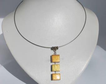 Collier rigide avec pendentif en céramique.