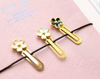 Daisy paperclip. Available in white, pink or black.