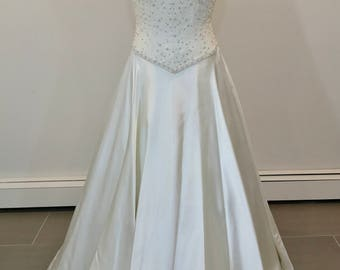 SALE A Fabulously designed Carmela Sutera wedding dress