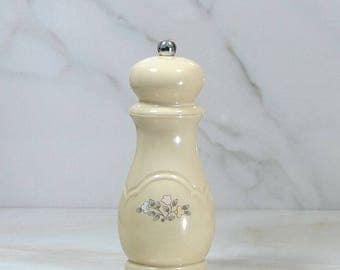 Vintage Pfaltzgraff REMEMBRANCE Pepper Mill, USA, Lucite With Mr. Dudley Grinder, Floral Motif, 1980's, Peppermill, Pepper Grinder, Grinder