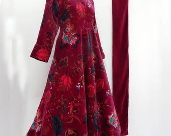 Robe mi longue en velours de coton fuchsia à fleurs, taille haute et jupe ample, manches longues.