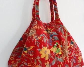 Maxi grand sac cabas à anses  en velours de coton rouge   imprimé oiseau de pâradis avec porte clef bijou de sac