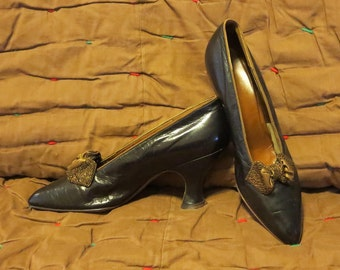 Vintage 1910s 1920s high heel shoes black leather beaded bow Cuban heels pointy toes Cammeyer Fifth Ave., New York (121017)