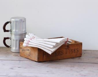 Lot de cinq torchons en métis écrus, liseré rouge et lettre G au point de croix, torchon vintage Français