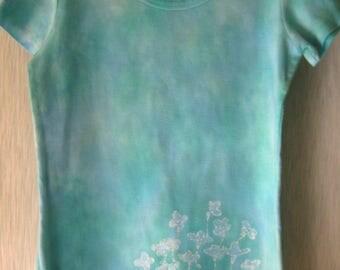 Hand-dyed batik short-sleeve blue shirt with bluets
