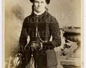 CDV  Photo Victorian Attractive Woman, Parasol, Finger Less Gloves, Pretty Outfit Portrait - Carlton & Sons Horncastle - Carte de Visite