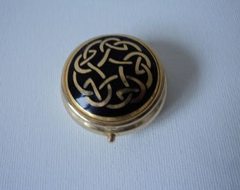 Vintage collectable metal and enamel pill box (05067)