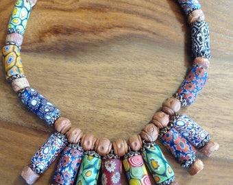 Collar de murriñas y piezas de terracota africanas.