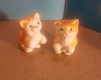 Tan and Beige cats with Blue eyes  and pink nose  and mouth salt and pepper shaker set