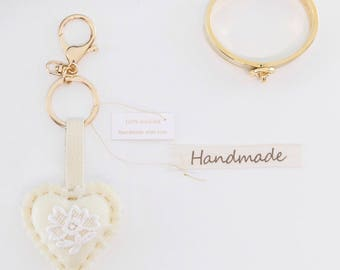 Vintage keychain with lace flower