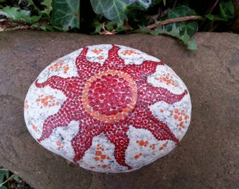 Dot painting stone soleil rouge lovingly hand painted river pebble weatherproof and UV resistant, 12 cm diameter (length)