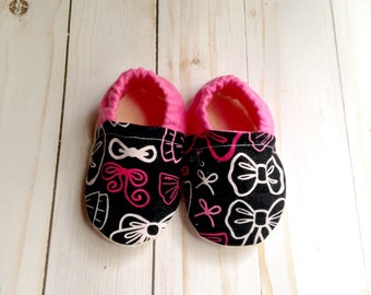 Newborn shoes, pink baby shoes, baby moccasins, baby slippers, baby shoes, soft sole baby shoes, baby girl shoes, baby booties, crib shoes
