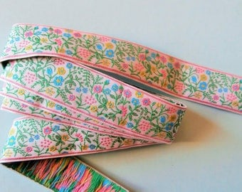 Woven trim with flowers and leaves on white background (881 51 70 ref)