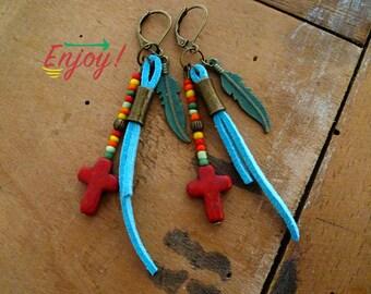 Boucles d'oreilles bohèmes, boho, gypsie, plume bronze, suédine bleu, croix rouge, ethnique, nomade, tzigane, cadeau femme, rasta