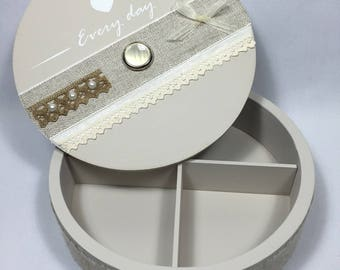 "ROUND wooden box in ""Shabby"" 4 compartments - Taupe, linen and lace"