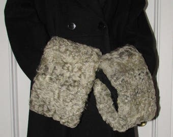 "Chic paire de manchettes  (cuffs) de fourrure de mouton frisé gris argenté /Superb pair of curly silver grey lamb fur  cuffs  20"" X 6"""