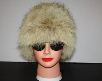 "Très beau chapeau de fourrure de  coyote naturel/Beautiful  natural coyote  fur hat     size   small  21""  Canada"