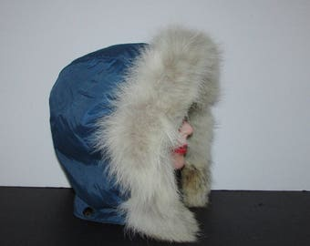 Très beau capuchon de nylon turquoise garni de  vraie fourrure de renard blanc / Nice turquoise nylon hood trim with real white fox fur