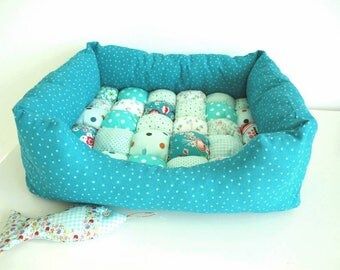 Dog or cat basket. Blue turquoise with kisses.