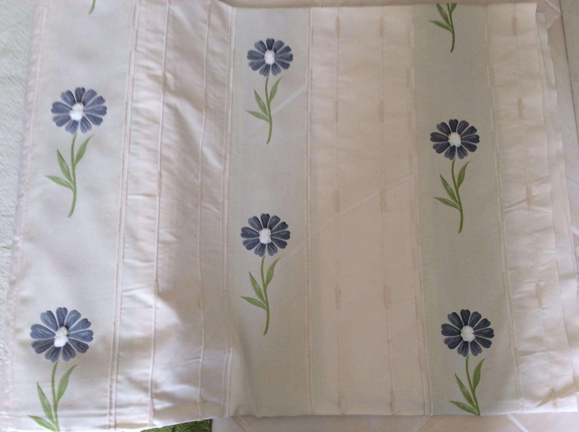 tissus pour doubles rideaux avec des petits pompon. Black Bedroom Furniture Sets. Home Design Ideas